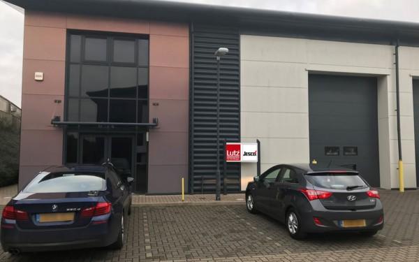 Firmengebäude von Lutz U.K. in Birmingham mit zwei parkenden Autos davor