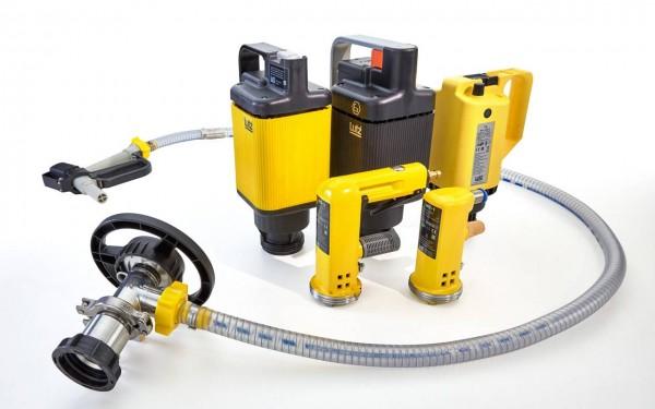 Horizontale Containerpumpe B200 mit Schlauch und Zapfpistole, daneben die passenden Universalmotoren und Druckluftmotoren