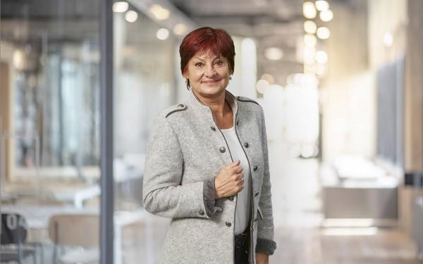 Regional Managerin Friederike Freikowski steht und trägt einen Janker – zuständig für Westeuropa