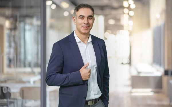 Regional Manager Murat Yildiz steht lässig mit einer Hand in der Hosentasche – ist zuständig für South-East Europe, Middle East & Africa