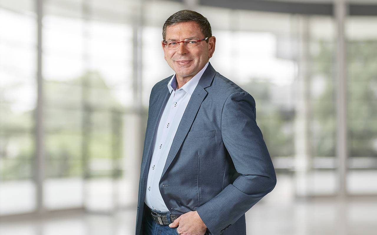 Achim Wengenmayer steht lässig mit einer Hand in der Hosentasche - Ansprechpartner für Südbayern