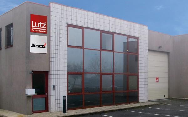 Firmengebäude von Lutz France mit großer Glasfront