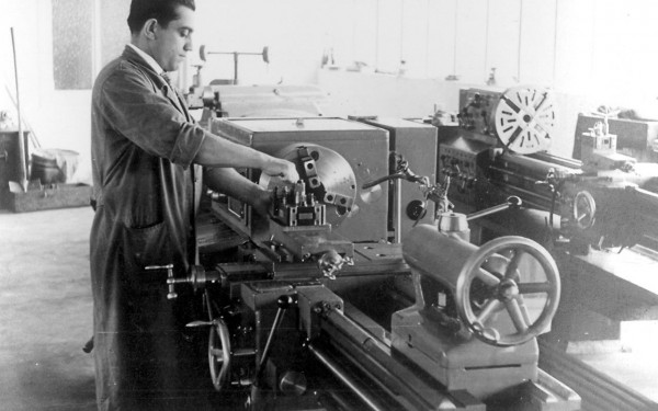 Firmengründer Karl Lutz in den 60er Jahren an einer Maschine