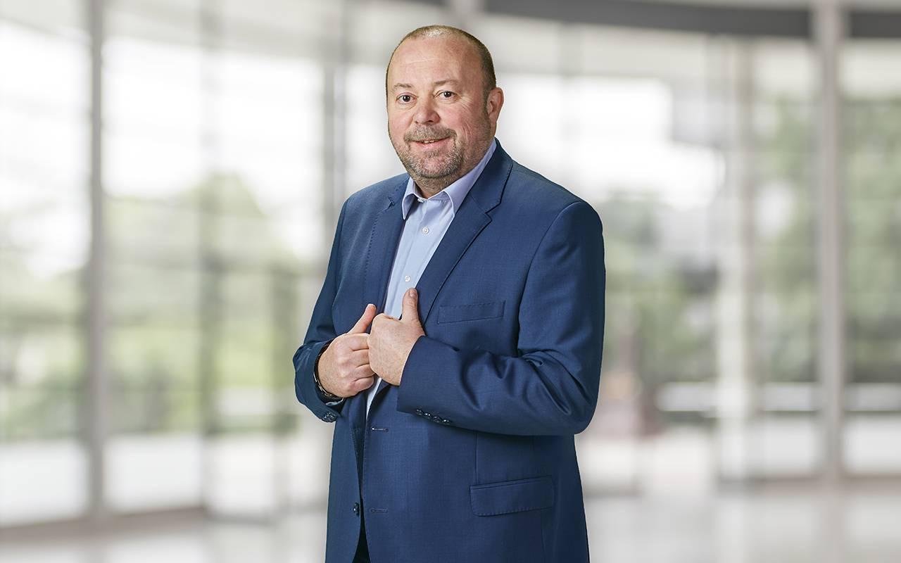 Peter Wagner steht mit beiden Händen am Revers - Ansprechpartner für Nordbaden/Rheinland | Pfalz | Saarland