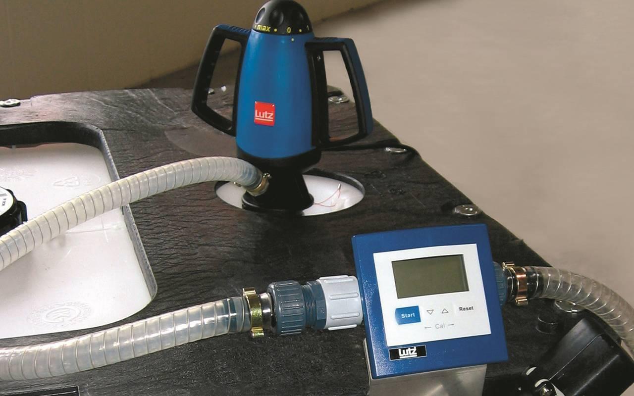 Fasspumpe AdBlue für Diesel steht in einem IBC Container mit Spiralschlauch und Durchflussmesser
