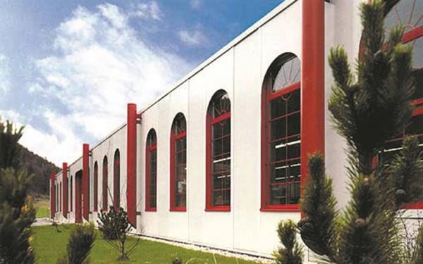 Firmengebäude der MTE in Couvet mit Rundbogenfenstern