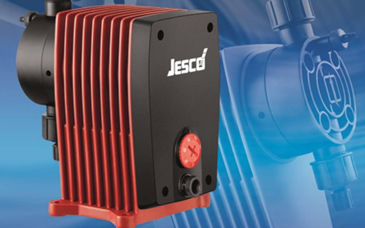 Membrandosierpumpe von Jesco mit geriffeltem Außengehäuse