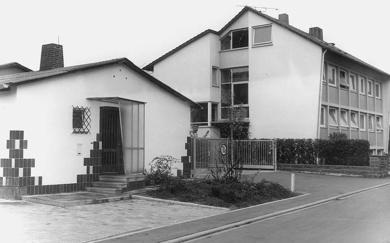 Firmengebäude in der Erlenstraße mit gefliester Fassade und Hoftor