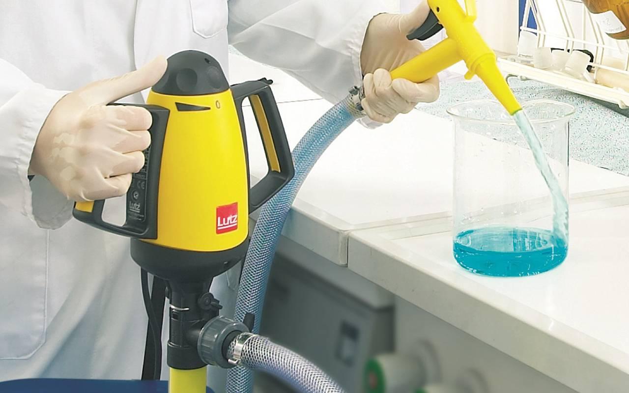 Fasspumpe B2 Vario mit Schlauch und Zapfpistole für Labor | Laborantin füllt Chemikalien von einem Kanister in einen Messbecher um