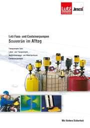 Prospekt Lutz Fass- und Contaierpumpen souverän im Alltag. Fasspumpen und Containerpumpen in Kanister, Metallfass und IBC Container. Arbeiter bedient eine Fasspumpe aus PVDF im Bereich der Oberflächentechnik