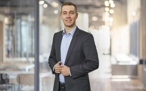 Regional Manager Dominik Schubert steht mit beiden Händen am Revers – zuständig für Asia Pacific